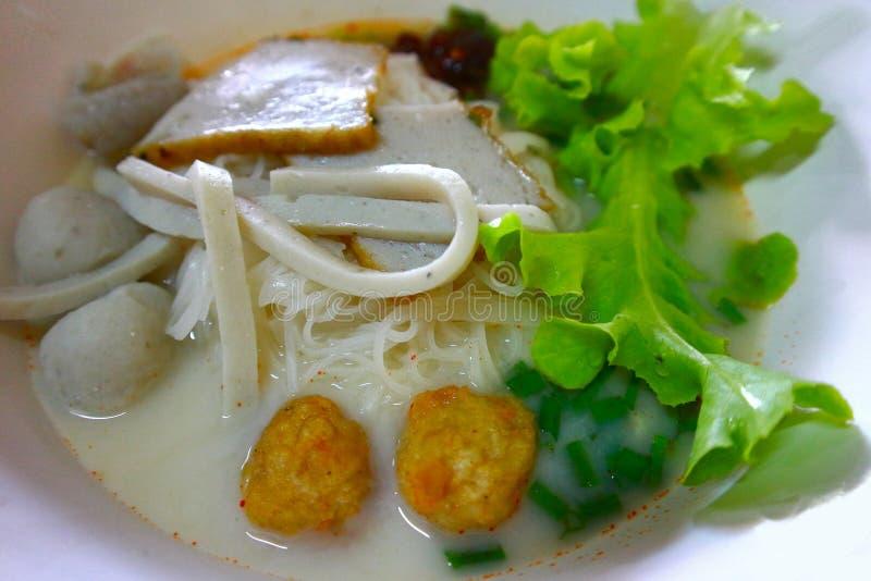Fischnudeln mit Suppe in einer Schüssel stockfotos