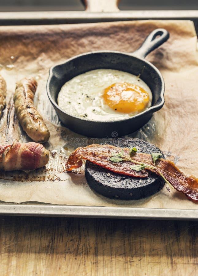 Fischrogen herauf Frühstück mit Würsten, Speck, Ei und Blutwurst lizenzfreie stockfotografie