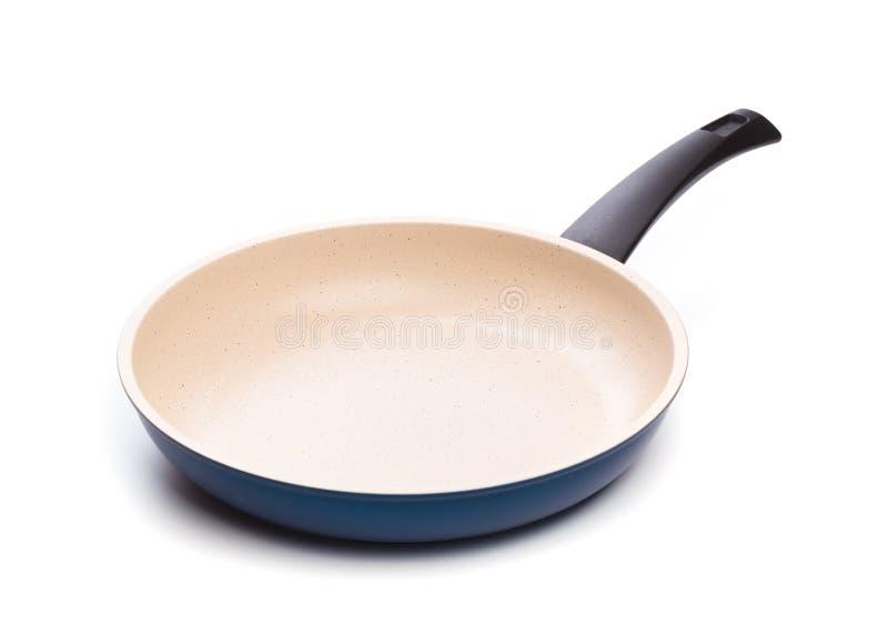 Fischrogen Pan Ceramic Coating im wei?en Hintergrund stockfotografie