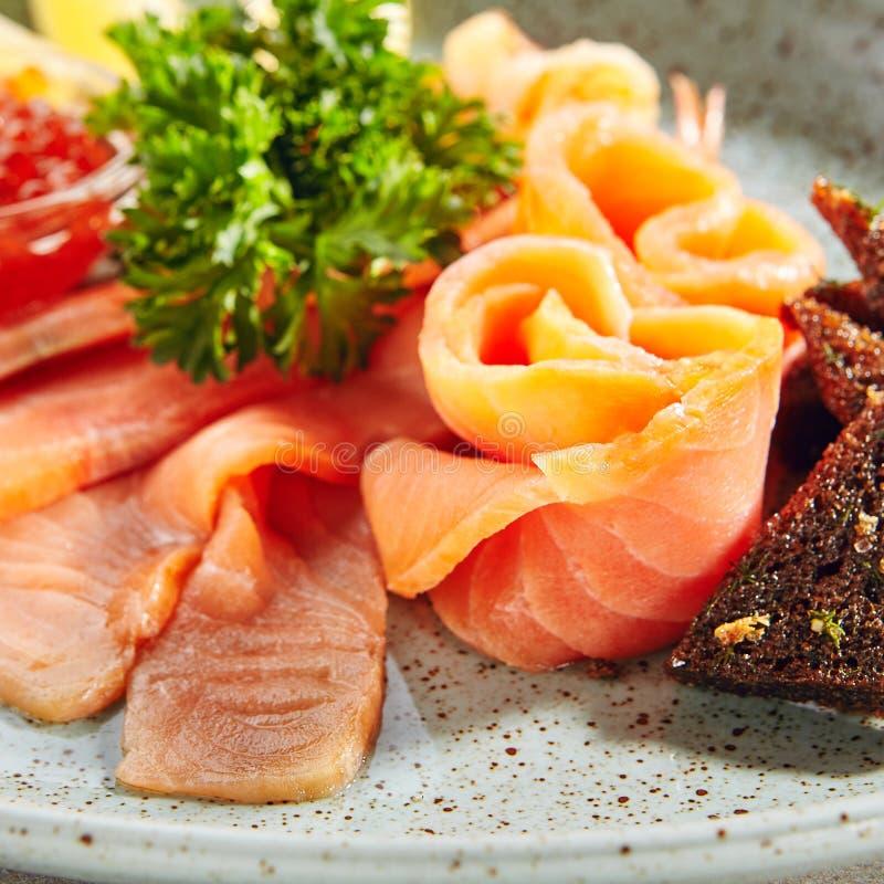Fischservierplatte mit leicht-gesalzenen Lachsen stockfoto