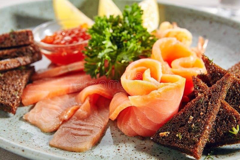 Fischservierplatte mit leicht-gesalzenen Lachsen stockbild