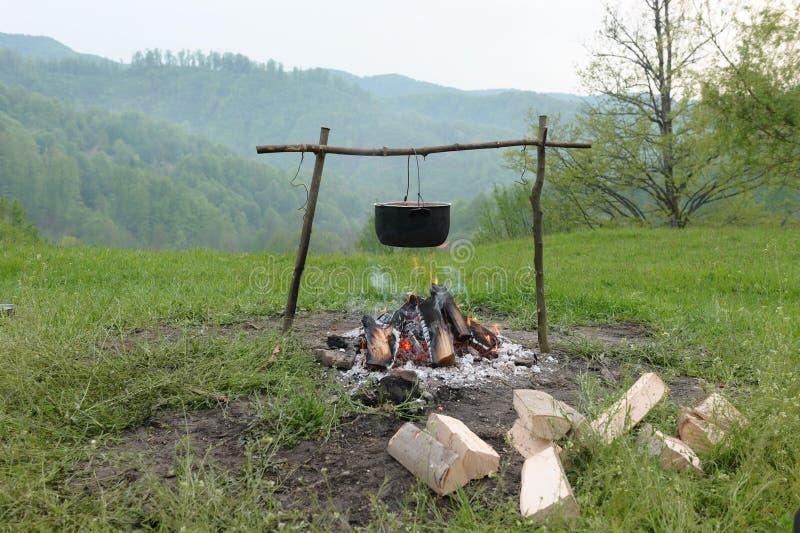 Fischsuppe auf Feuer lizenzfreies stockbild