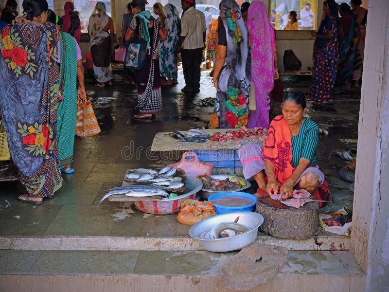 Fischverkäufer auf Diu-Insel in Gujarat-Staat, Indien stockfotos