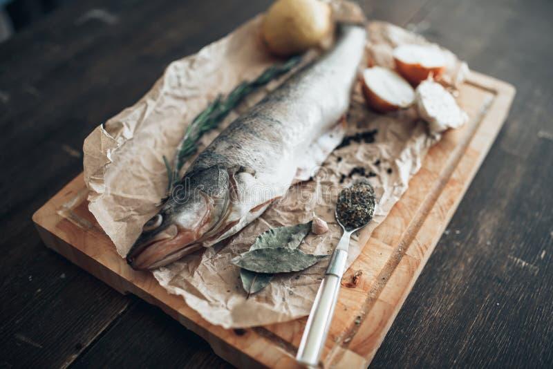 Fischvorbereitungsbestandteile auf Schneidebrett stockbilder
