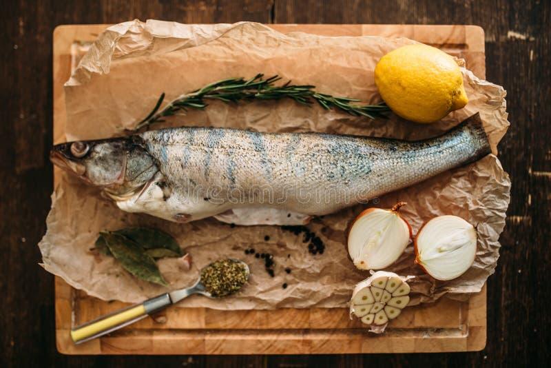 Fischvorbereitungsbestandteile auf Schneidebrett lizenzfreies stockbild