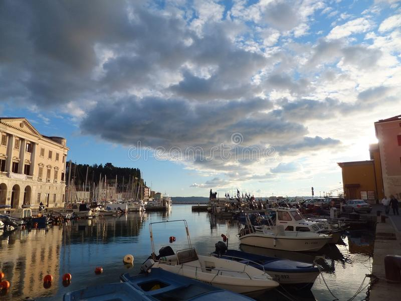 Fishboats in bewolkte Piran stock foto's