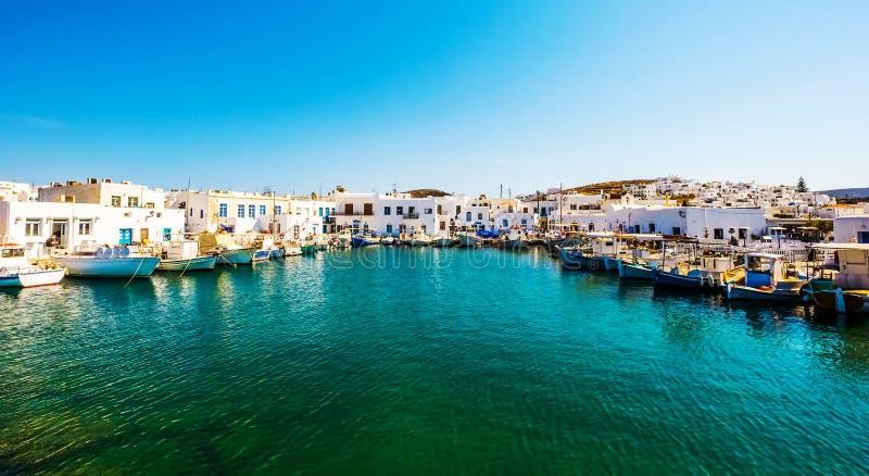 Fishboats en jachten in Naoussa-haven, Griekenland wordt vastgelegd dat stock fotografie