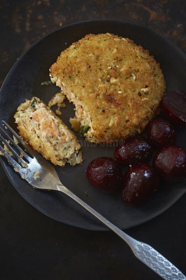 Fishcakes de color salmón de la espinaca imágenes de archivo libres de regalías