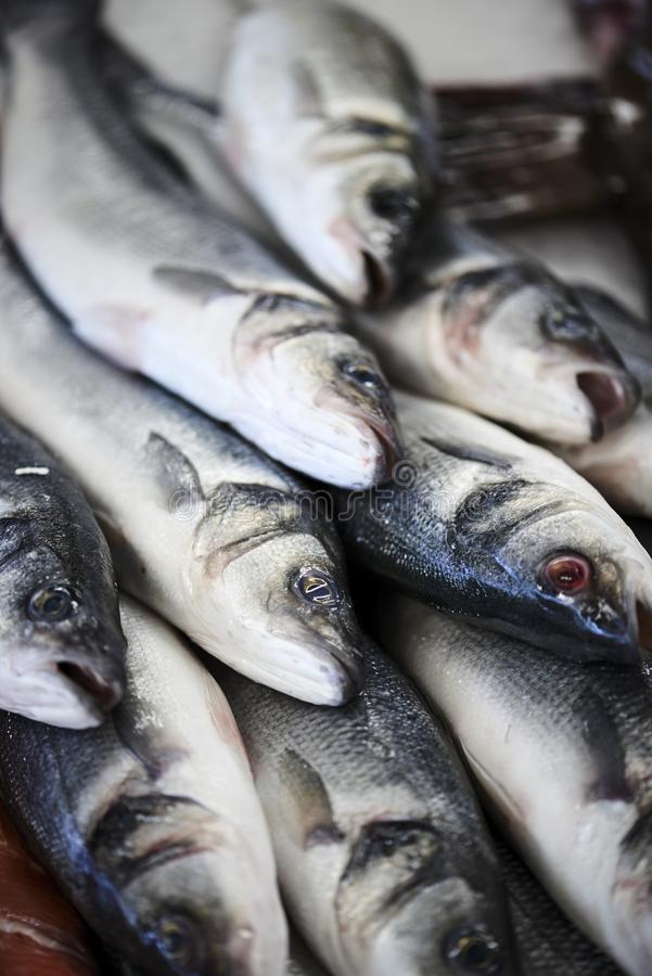 Fishdealer i hans shoppar med den nya fisken royaltyfria foton