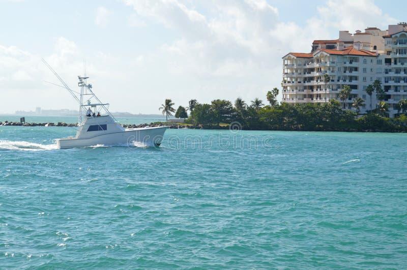 从Fisher海岛,迈阿密海滩,佛罗里达的看法 免版税库存照片