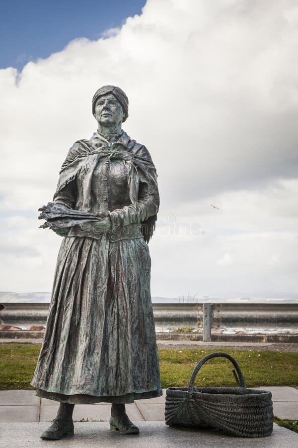 Fisher żony brązu statua przy Nairn w Szkocja zdjęcie stock