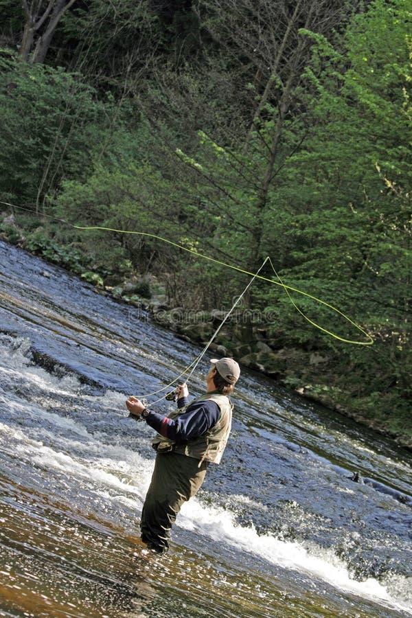 Fisher en el río imagenes de archivo