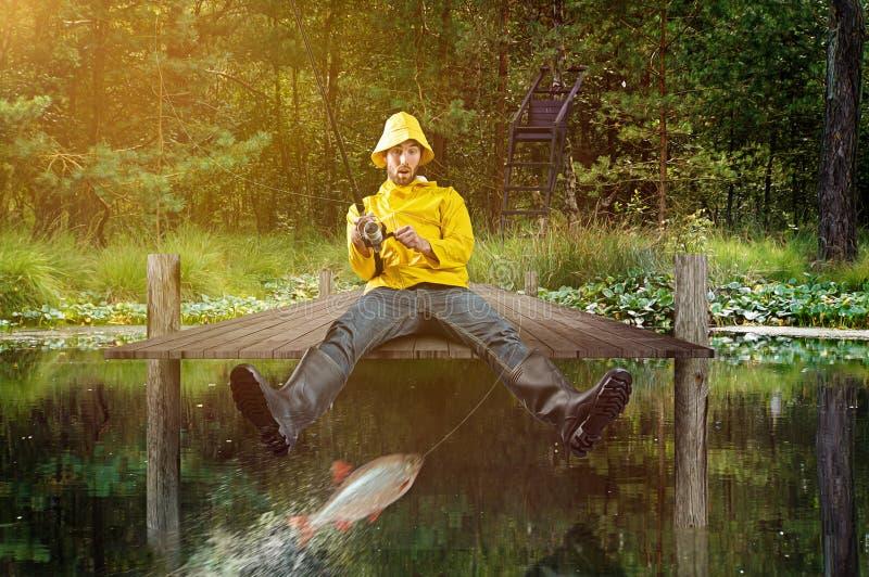 Fisher fångar en fisk royaltyfria foton