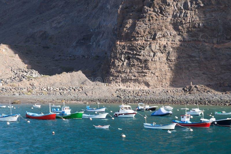 Fisher fartyg i hamnen av Vueltas i Valle Gran Rey, La Gomera, kanariefågelö royaltyfria bilder