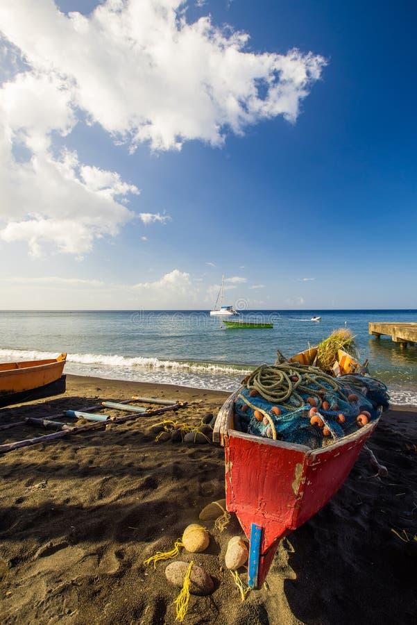 Fisher fartyg på stranden arkivfoton