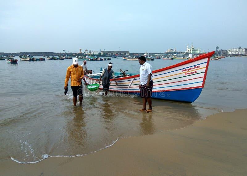 Fisher män i hamnen, fiskebåt royaltyfria bilder