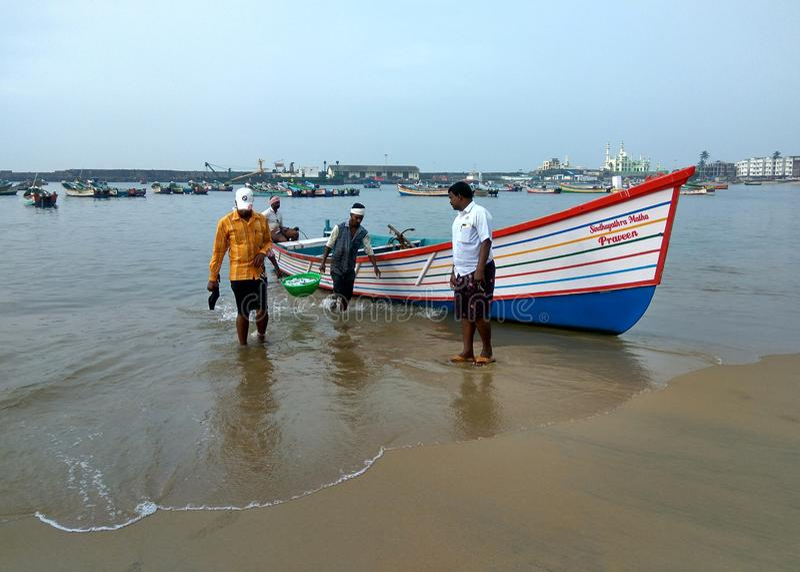 Fisher-Männer im Hafen, Fischerboot lizenzfreie stockbilder