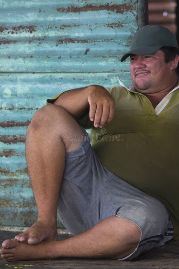 Fisher mężczyzna patrzeje kamerę w Maracaibo jeziorze Wenezuela zdjęcia stock