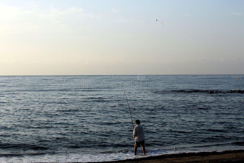 Fisher mężczyzna rzuca daleko od jego połowu prącie obraz stock
