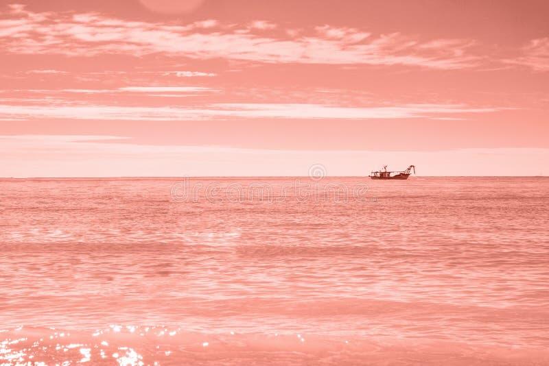 Fisherman' шлюпка s в морских водах открытого моря на утре к восходу солнца стоковое изображение rf