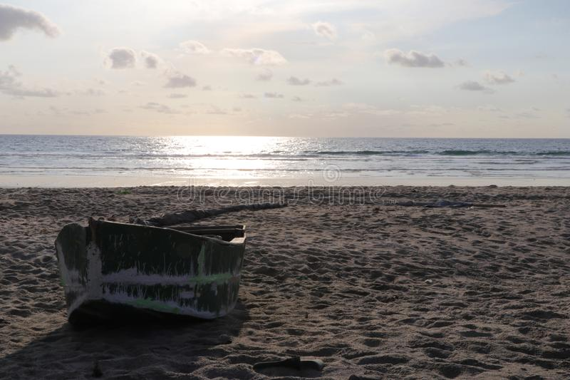 Fisherman& x27; s boot op het strand royalty-vrije stock foto
