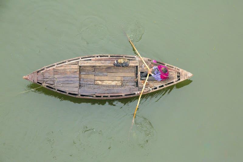 Fishermann auf Ganga lizenzfreie stockbilder