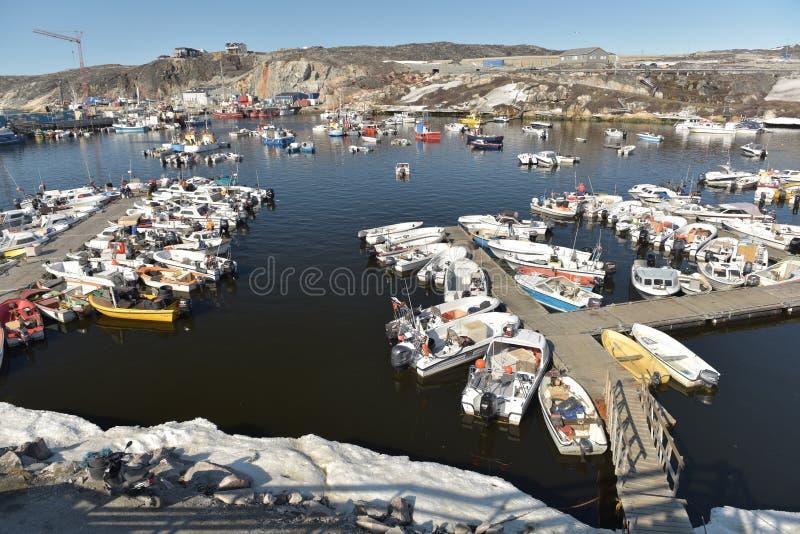 Fishermans łodzie na arktycznym oceanie w Ilulissat żołnierzu piechoty morskiej, Greenland Maj 2016 fotografia stock