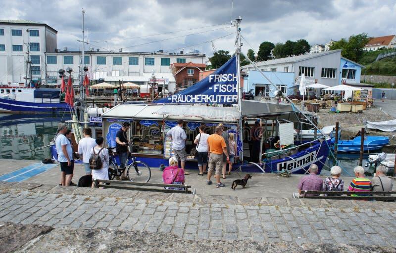 Fishermans fartyg som säljer fisken i Sassnitz royaltyfria bilder