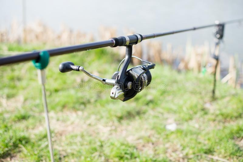Fishermans kugghjul, metspö på monopod royaltyfria bilder