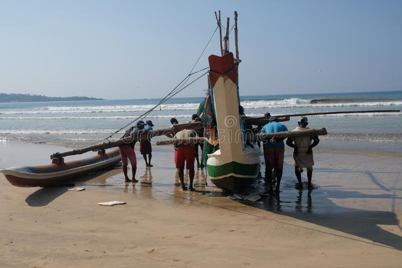 Fishermans obniżka ich łódź w Sri Lanka obraz stock