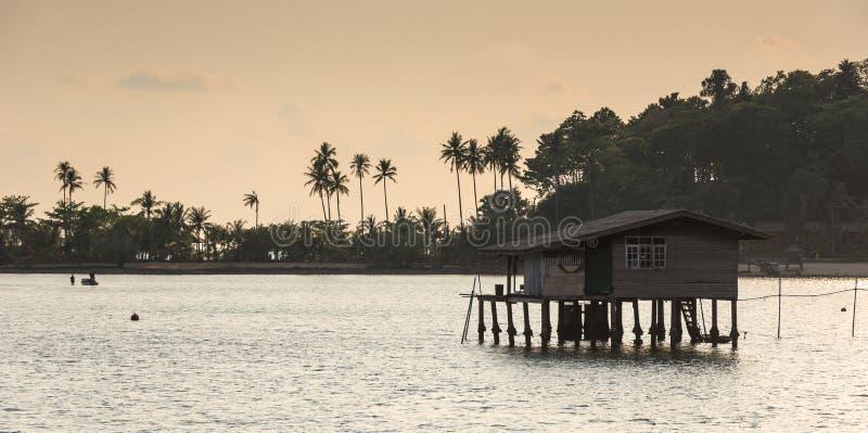 Fishermanshuis bij vissersdorp, Salakphet, Koh Chang stock afbeelding