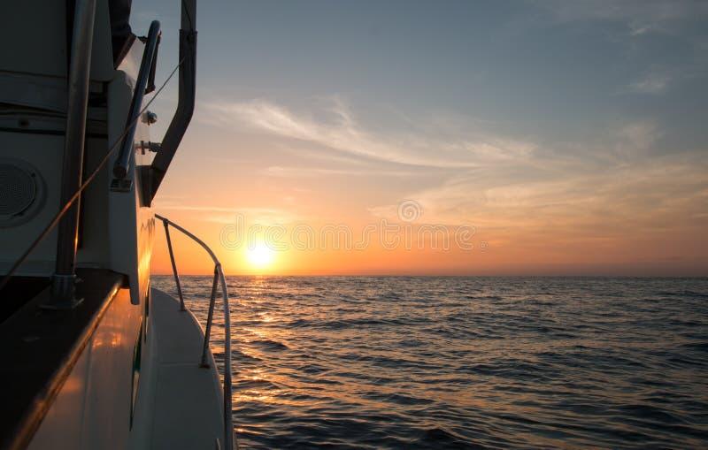 Fishermansmening van geeloranje zonsopgang over het Overzees van Cortes/Golf van Californië terwijl visserij in de vroege ochtend stock fotografie