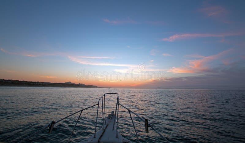 Fishermansmening van roze geeloranje zonsopgang over het Overzees van Cortes/Golf van Californië terwijl visserij in de vroege oc royalty-vrije stock fotografie