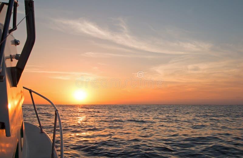 Fishermansmening van roze geeloranje zonsopgang over het Overzees van Cortes/Golf van Californië terwijl visserij in de vroege oc stock afbeeldingen