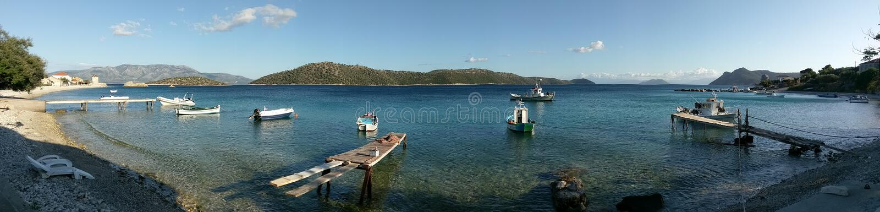 Fishermen' bahía de s con los barcos en Kalamos, Grecia imágenes de archivo libres de regalías