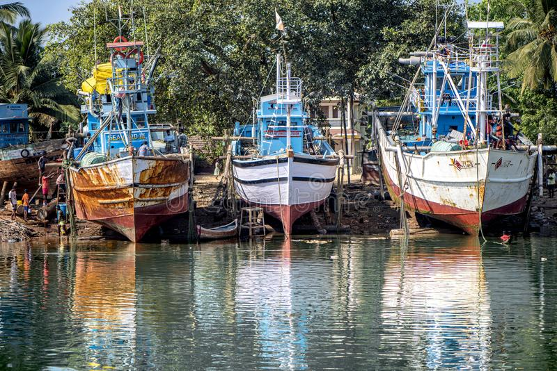Fishermen' barche di s messe in bacino in Goa fotografia stock
