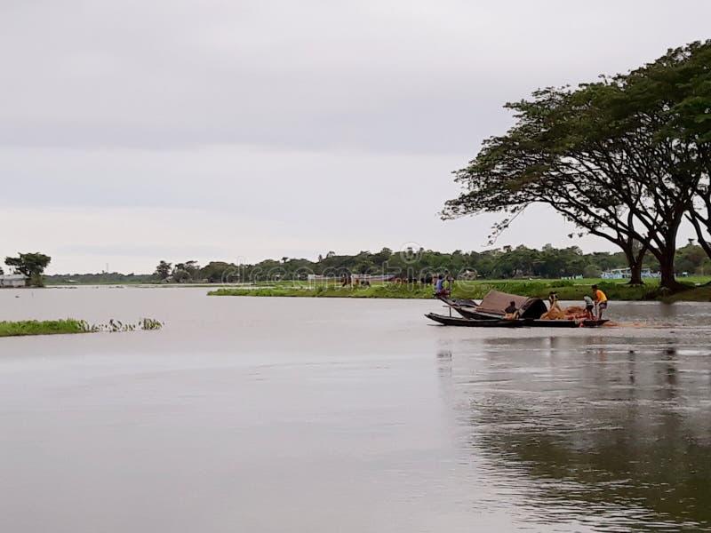 Fishermen& x27 s που πιάνει τα ψάρια στον ποταμό στοκ εικόνες