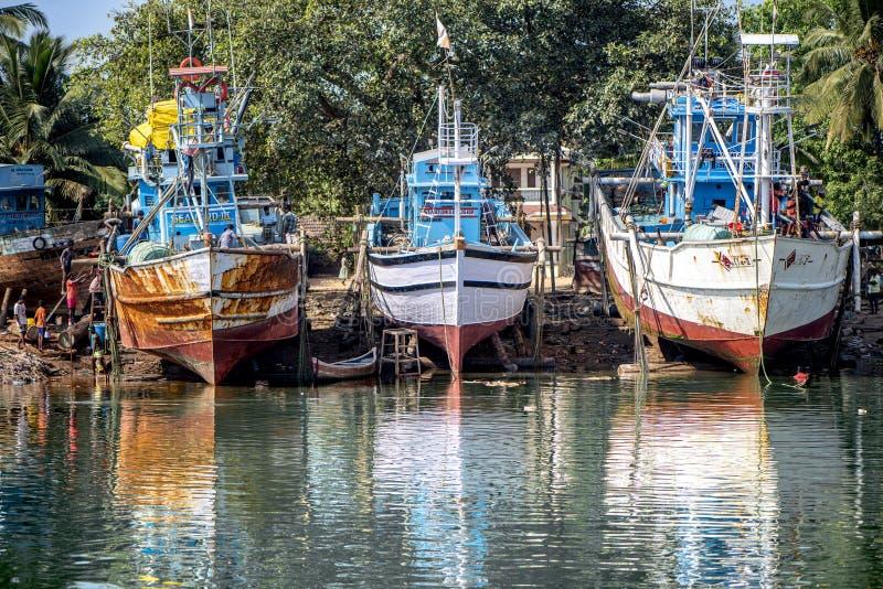 Fishermen' s Boten in Goa worden gedokt die stock fotografie