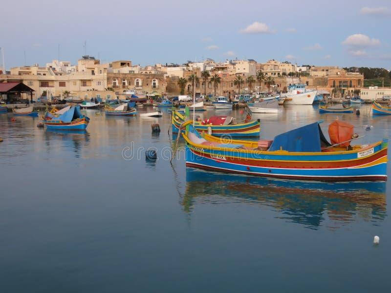 Fishermens-Boote in Marsaxlokk in Malta stockfoto