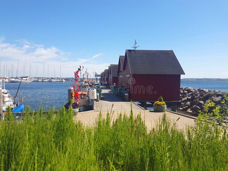 Fishermens drewniane czerwone kabiny w schronieniu fotografia royalty free