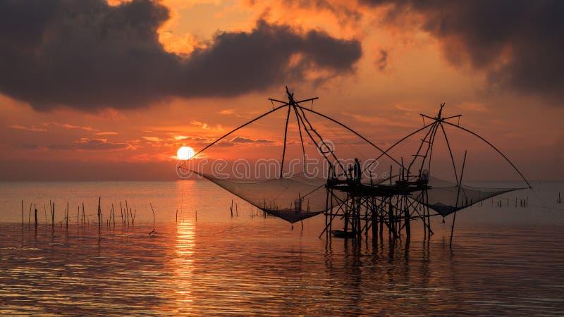 Fishernan op vierkante onderdompeling netto bij Pakpra-dorp stock foto's