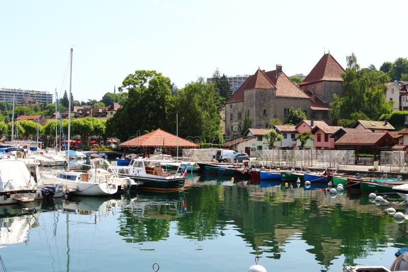 Fishery Port de Rives y el castillo de Montjoux, Thonon-les-Bains, Francia fotografía de archivo libre de regalías