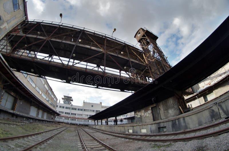 Fisheye bred sikt av gammal övergiven industriell konstruktion i den järnvägsstationNakladove nadrazien Zizkov i Prague fotografering för bildbyråer