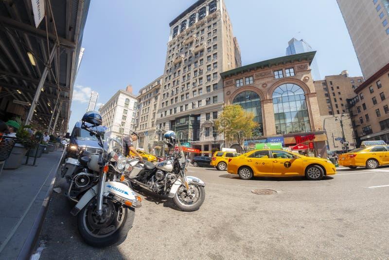 Fisheye-Linsenbild von den Polizeipatrouillenmotorrädern geparkt an der 5. Allee lizenzfreie stockbilder
