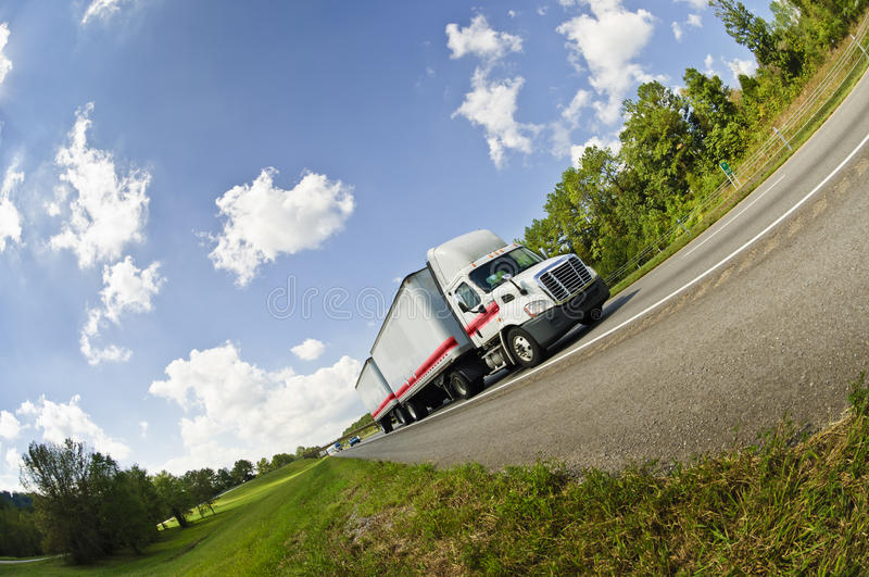 Fisheye sikt av den halva lastbilen på vägen fotografering för bildbyråer