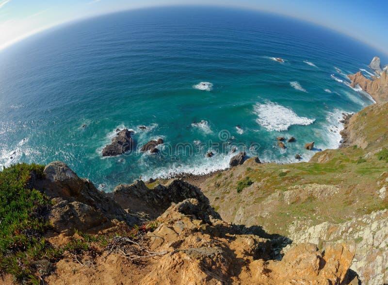 Fisheye sikt av den steniga havskusten på Cabo Da Roca, Portugal royaltyfri fotografi