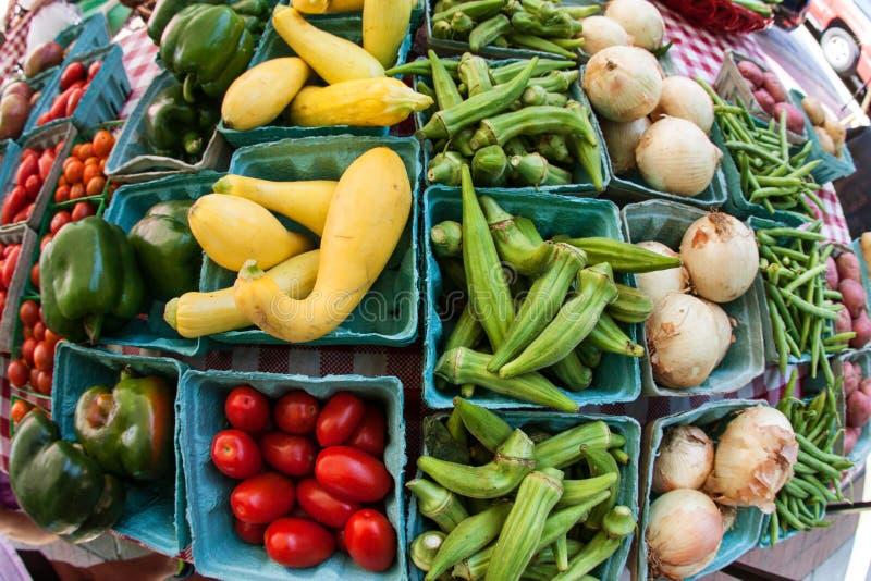 Fisheye sikt av grönsaker på Sale på den lokala bondemarknaden royaltyfri fotografi