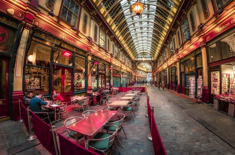 Fisheye sikt av inre av den Leadenhall marknaden och kaféstången, staden, London, England, Förenade kungariket, Europa arkivfoto