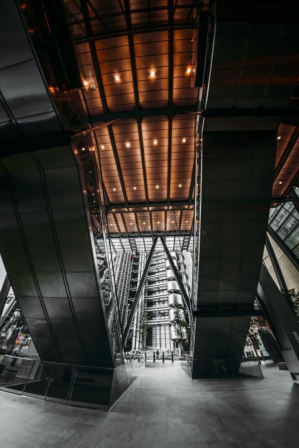Fisheye sikt av Lloyds och de Leadenhall byggnaderna, finansiellt område, stad av London arkivfoton