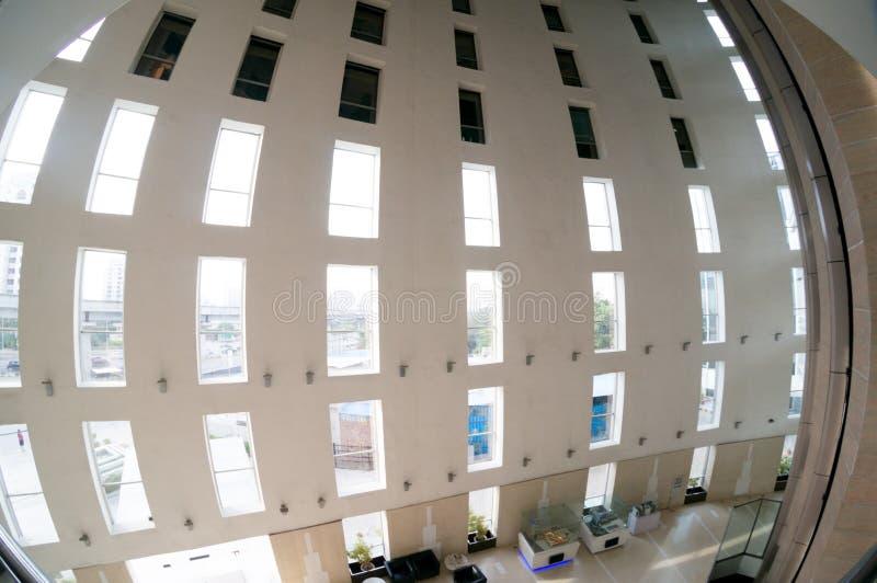 Fisheye sköt av hjärtförmak av kontoret med högväxta pelare och ett enormt öppet utrymme royaltyfri bild